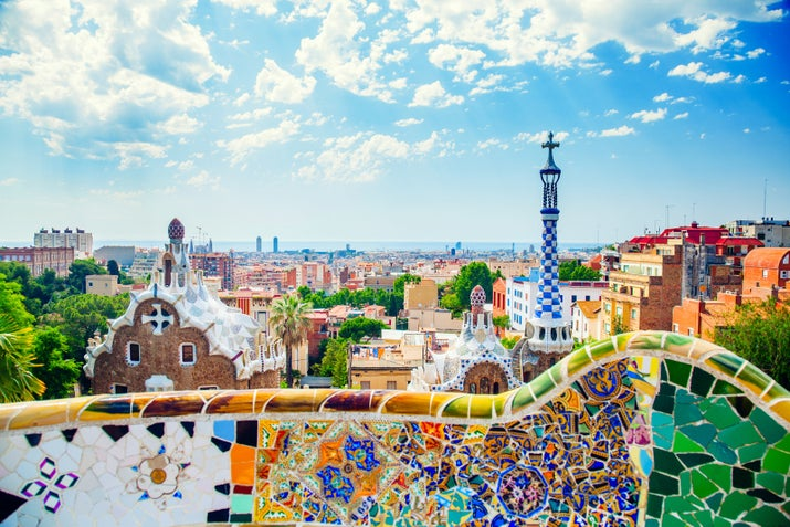 8月に痛ましいテロ事件があったが、それでも、 地中海の太陽、よだれが出そうなタパス、ワインより水の方が高いという事実——バルセロナは率直に言って、魔法のような街だ。ここでは、荷物をまとめて訪れるべき21の理由を紹介しよう。