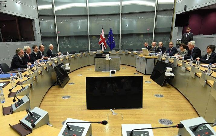 Reino Unido e UE iniciam conversas de separação com esperança em acordo
