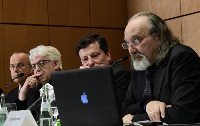Die Pressekonferenz am 24. März, von links: Vater Guenter Lubitz, Sprecher Hans-Joachim Rüdel, Anwalt Andreas Behr, Gutachter Tim van Beveren.