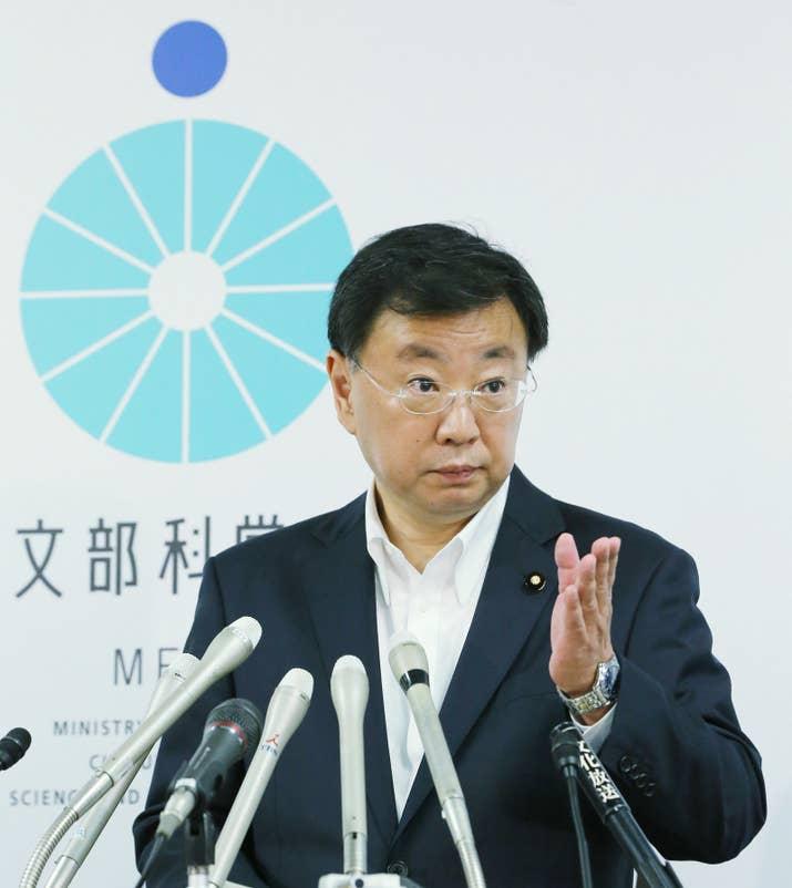 松野博一文科大臣が6月20日、会見で発表した。そもそもこの文書は、NHKが独自に入手し、19日夜に報じていた「10/21 萩生田副長官ご発言概要」という文書だ。NHKによると、萩生田副長官は加計学園の名前を挙げて「総理は平成30年4月開学とおしりを切っていた」などと述べた、と記されているという。さらに、「官邸は絶対やると言っている」「文科省だけが怖気付いている」などとする発言内容(全文を朝日新聞が掲載)もあり、内閣府などと相談した具体的な指示も記されていた。ただ、松野大臣は「副長官の発言でない内容が含まれている」ともしている。
