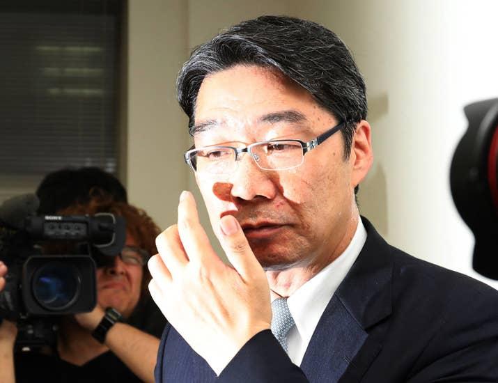 獣医学部はこれまで、獣医師の増えすぎを防ぐために新設が抑制されていた。ただ、2015年6月に閣議決定された「日本再興戦略」で、獣医学部設置についての新たな条件が示されたことにより、規制緩和の道が開けた。条件には、新たな分野における獣医学部の需要が明らかになる場合などが挙げられている。当時の国家戦略特区担当相が石破茂氏だったため、「石破4条件」とも呼ばれる。しかし、今回の特区を決めるプロセスでは、この4条件に関する判断が出されないままに議論が進み、「行政が歪められた」と前川喜平・文科前事務次官が指摘している。「4つの条件に合致しているかどうかを判断すべき責任がある内閣府は、そこの判断を、十分根拠のある形でしていない」(5月25日の会見、毎日新聞)などと言った指摘だ。