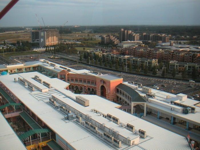 大型ショッピングセンターと住宅地