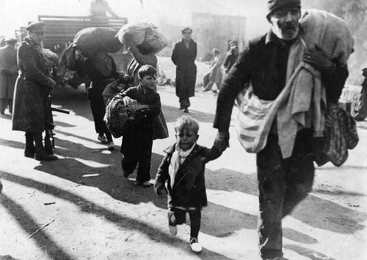 Refugiados españoles cruzan la frontera francesa en El Pertús.