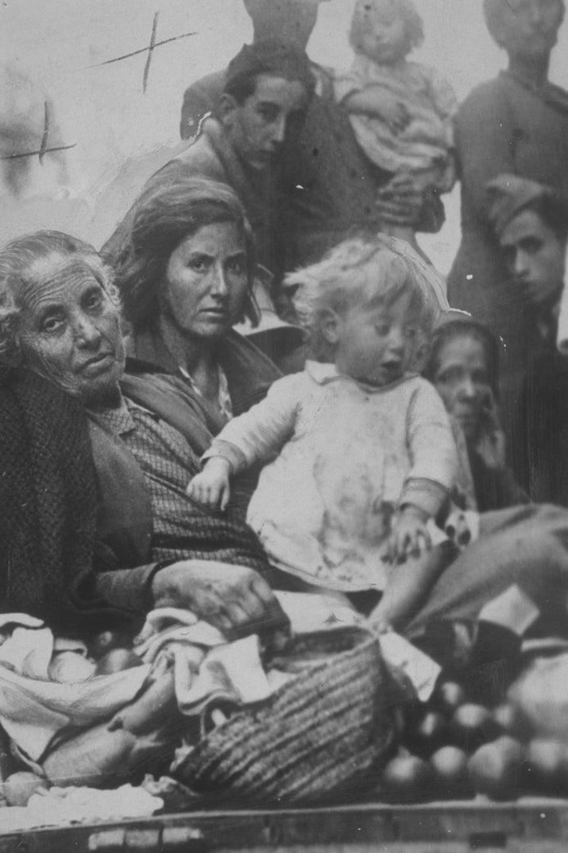 Una niña, su madre y su abuela, en Valencia.