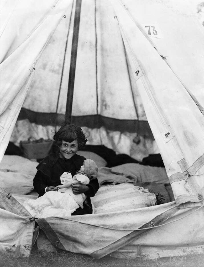 Uno de los 4000 niños que huyeron de Bilbao durante la Guerra Civil, en un campo de refugiados cercano a Southampton.