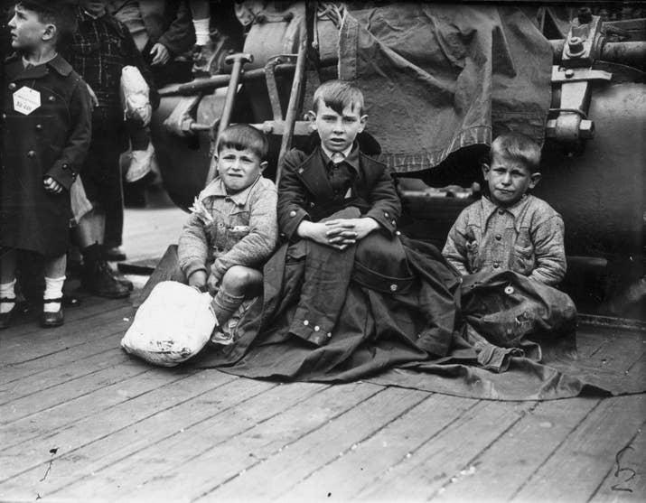 Tres huérfanos de Bilbao llegan a Southampton, junto a otros 4000 niños, en el Habana el 23 de mayo de 1937.