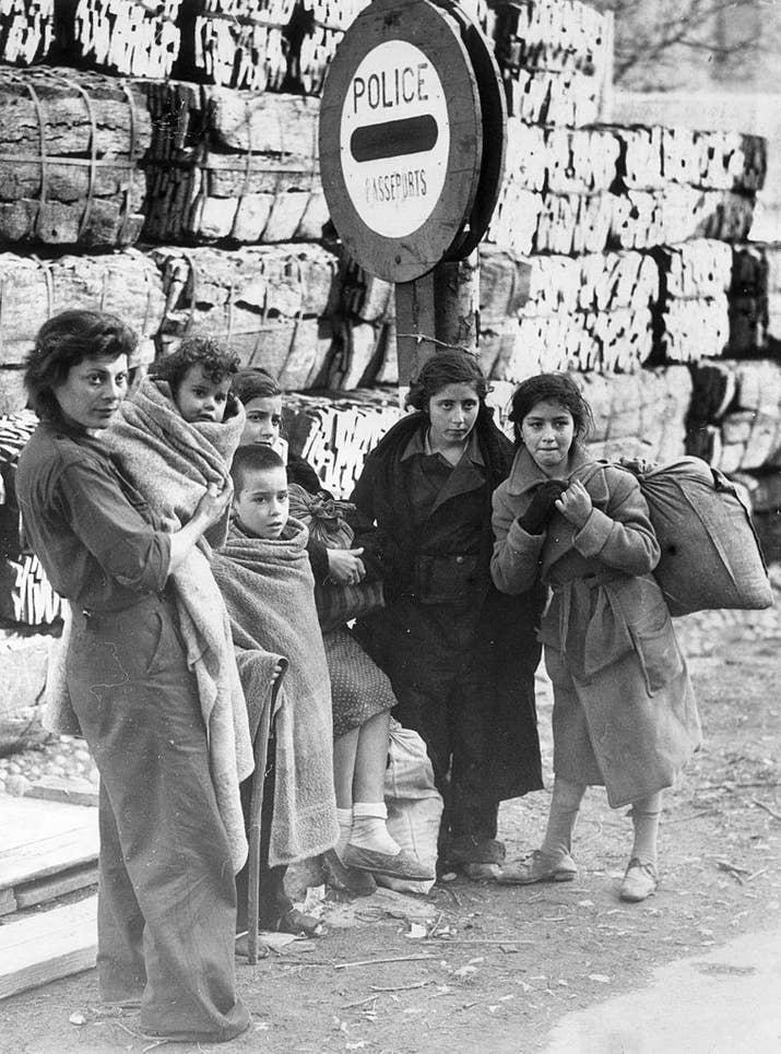 Una familia de refugiados españoles espera en la frontera entre Francia y España el 29 de marzo de 1939.