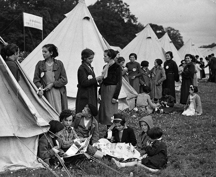 Nuevos refugiados, aún con sus identificaciones, en un campo para refugiados de la Guerra Civil española.