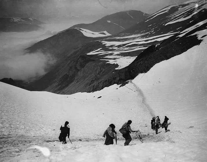 Refugiados españoles atraviesan la montaña de camino a la ciudad fronteriza de Luchon el 4 de abril de 1938.