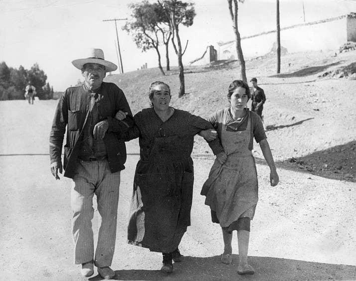 Un grupo de refugiados se preparar para cruzar la frontera con Francia en 1939.