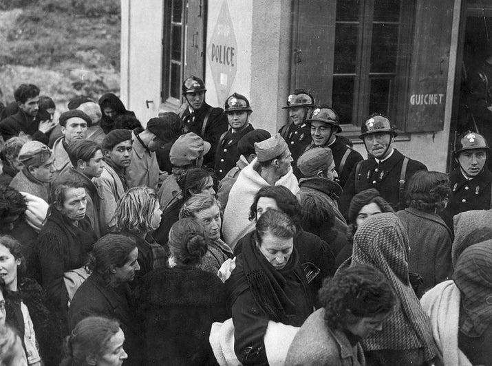 Varios refugiados esperan para cruzar la frontera francesa el 29 de enero de 1939.