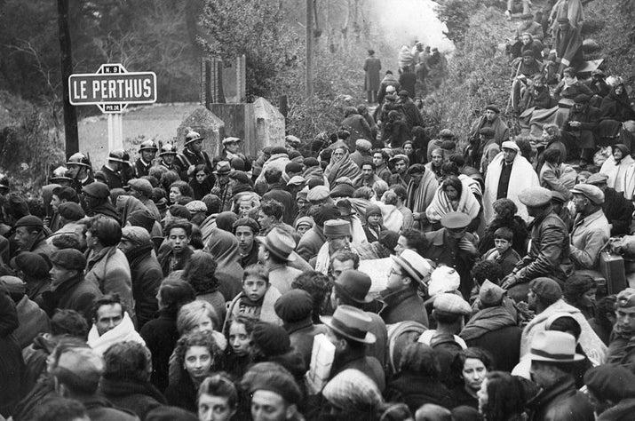 Refugiados españoles en la carretera que lleva a Perpiñán, en El Pertús.