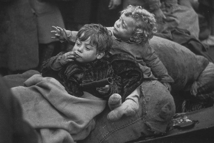 Dos niños refugiados españoles, en la frontera francesa en los Pirineos.