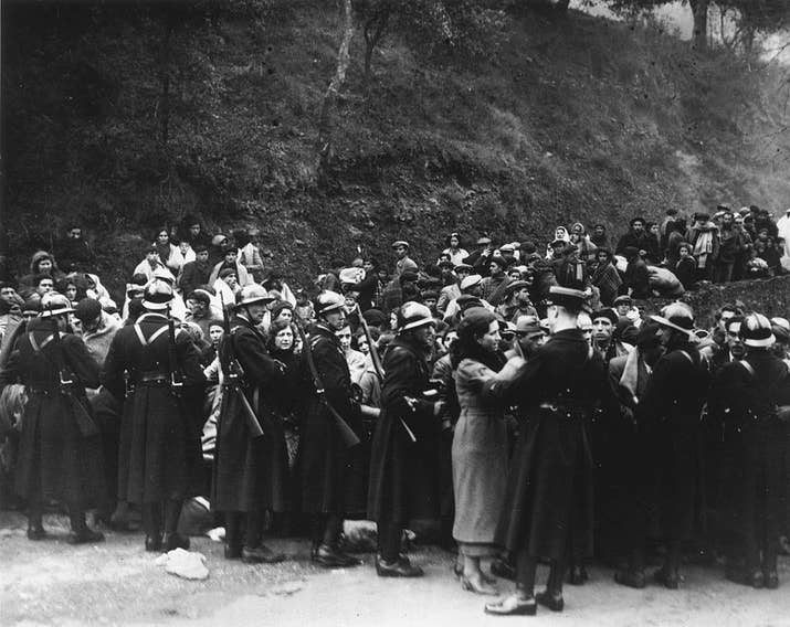 Gendarmes franceses evitan la entrada de refugiados españoles en 1936.