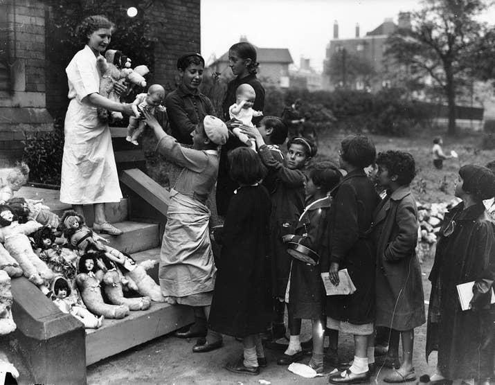 Refugiados vascos reciben juguetes en Watermillock, Bolton, donde están refugiados, el 26 de junio de 1937.