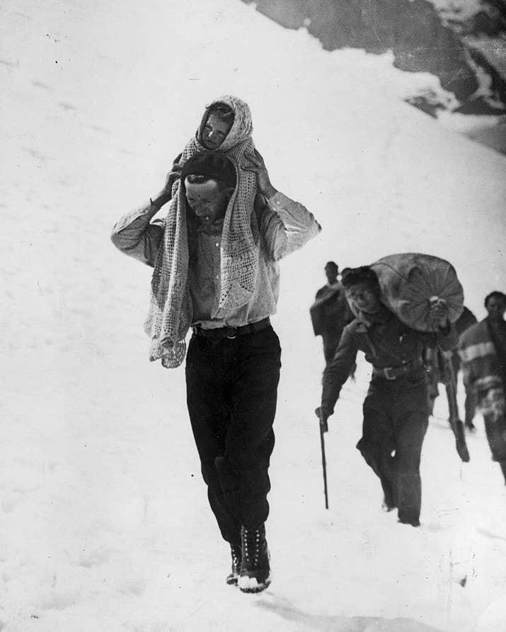 Refugiados españoles caminan por una montaña en 1936.