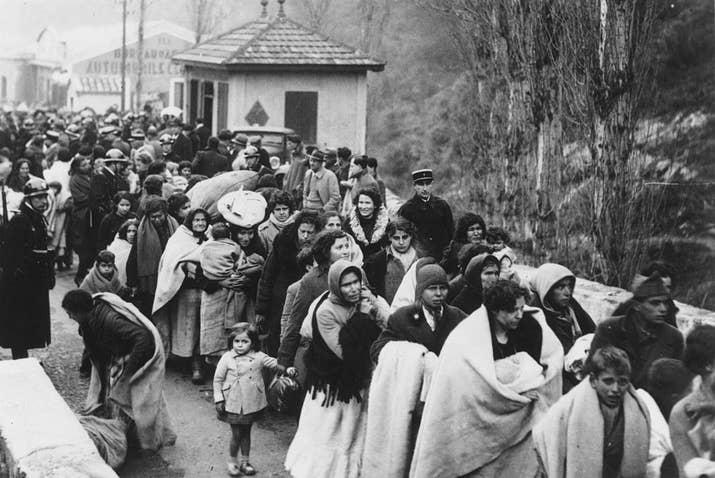 Mujeres y niños españoles cruzan la frontera francesa en El Pertús.