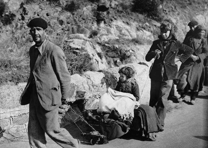 Una familia de refugiados huye a Francia el 7 de febrero de 1939.