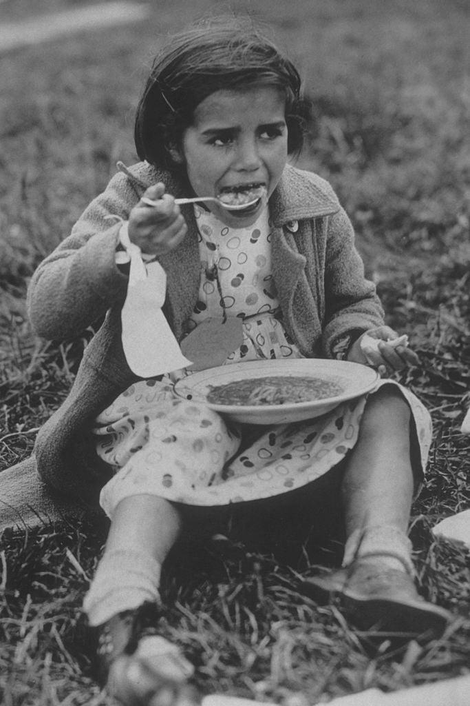 Una refugiada española, con su primera comida tras llegar a Inglaterra (1938).