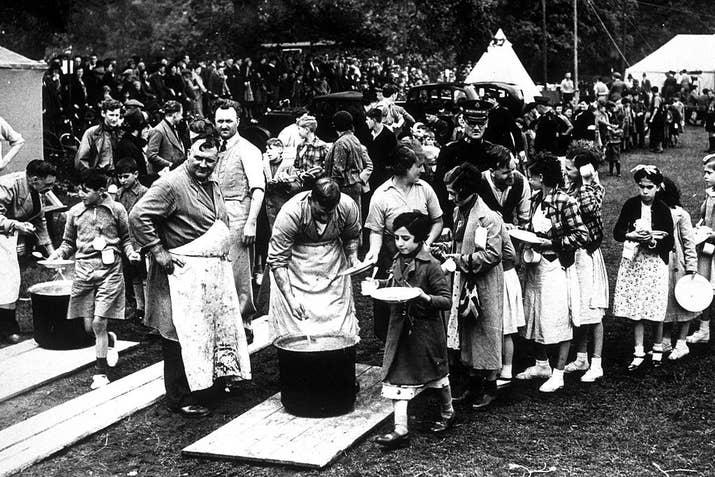 Niños españoles reciben su primera comida en un campo de refugiados cercano a Southampton el 25 de marzo de 1937.