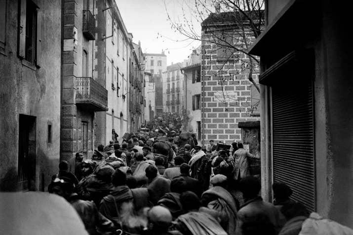 Refugiados españoles llenan las calles de Banylus en febrero de 1936.