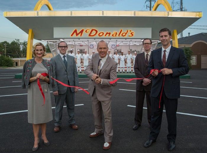 Es la historia verídica de Ray Kroc, un vendedor mediocre de Illinois, quien construyó el imperio de comida rápida más grande del mundo a base de mentiras, manipulaciones y de robarle su negocio a los hermanos Mac y Dick McDonald. Se estrena el 11 de julio.