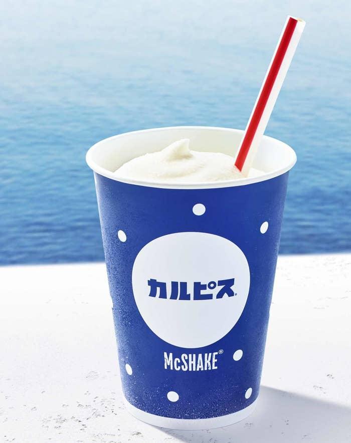 日本マクドナルドとアサヒ飲料「カルピス」の初のコラボにより、「マックシェイク×カルピス」が6月21日に発売されました。カルピス入りのシロップを使用したマックシェイクで、甘酸っぱいカルピスの味を再現しているそうです。