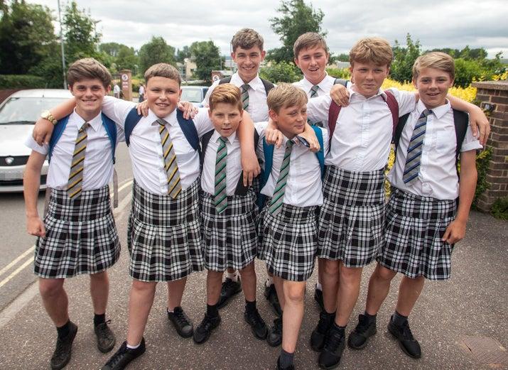 イングランド南西部エクスターにある学校イスカアカデミーに通う。