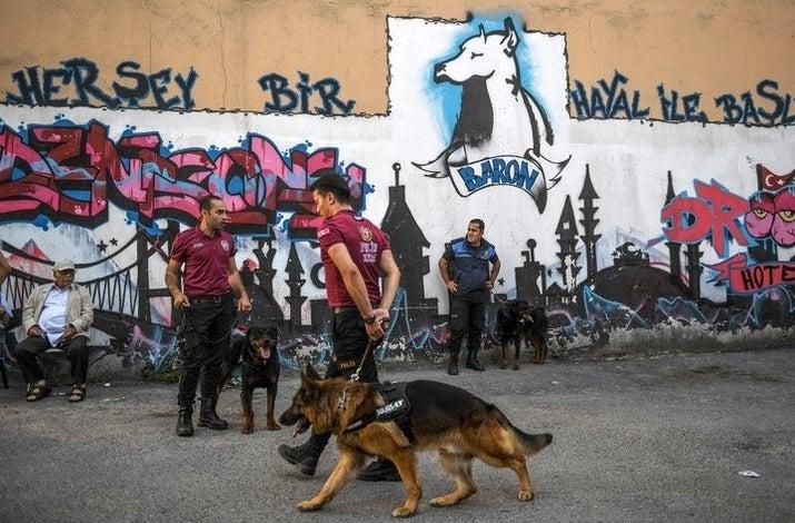 Τουρκική αστυνομικοί με τα σκυλιά τους