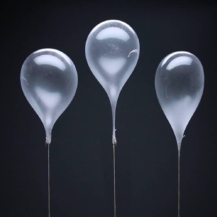 7g Gelatine2 EL Wasser230g Zucker2 EL Maisstärke200g Maissirup120ml Wasser½ TL SalzKoch-ThermometerSchlauchHeliumSchnur