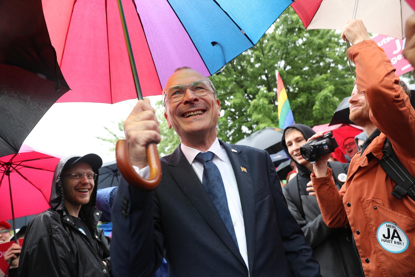 erstes Land die gleichgeschlechtliche Ehe