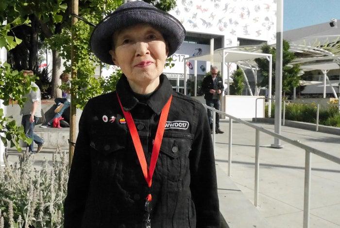 若宮正子さん。右胸には開発者に贈呈されるピンパッジが光る。