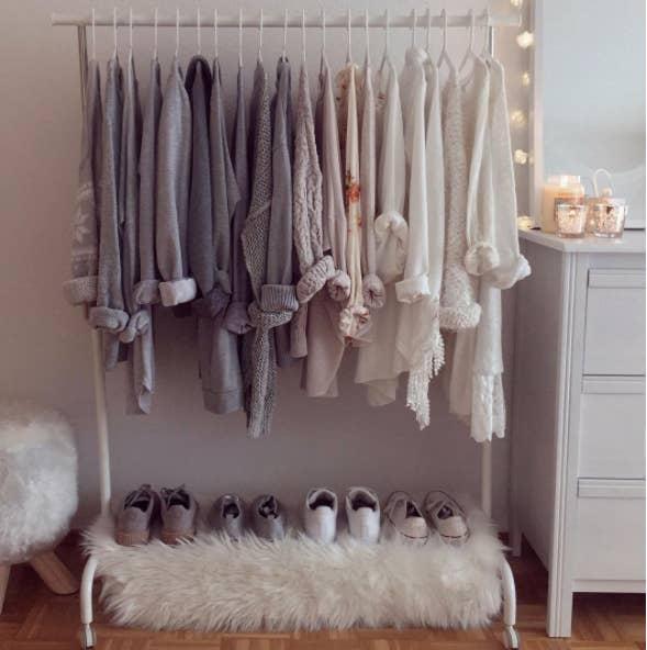En él, cuelga la ropa por tonos y se verá fabuloso. Además, puedes personalizarlo con tela de piel sintética y lucecitas.