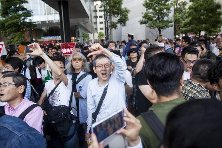 演説会場では政権に反対する人々の姿も。