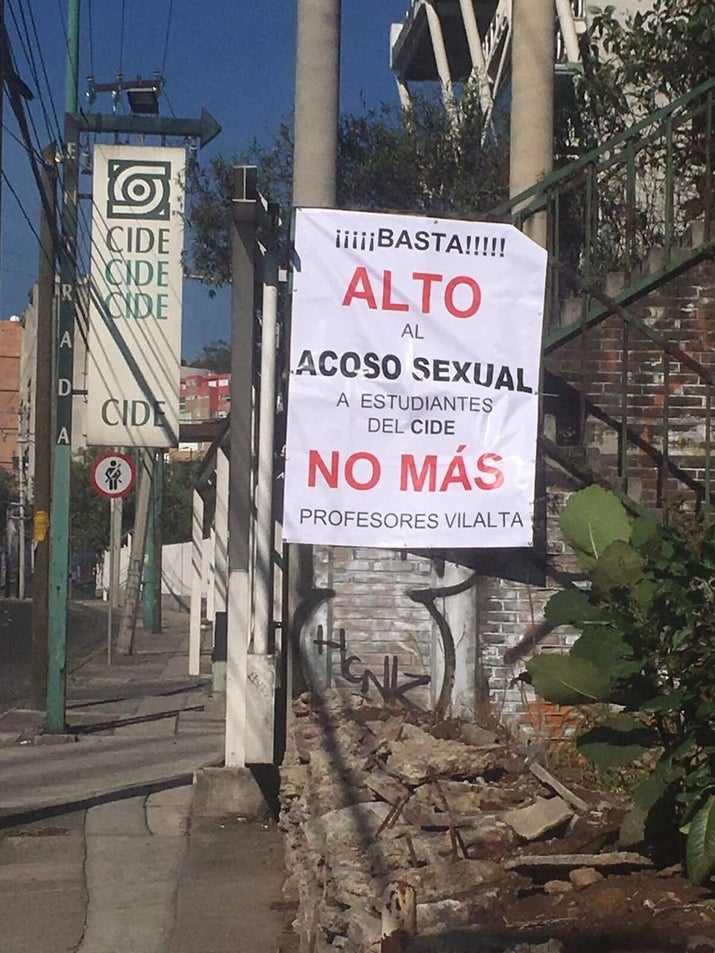 Mantas contra Vilalta fueron colocadas alrededor del CIDE. Muchos estudiantes y profesores rechazaron la acción.