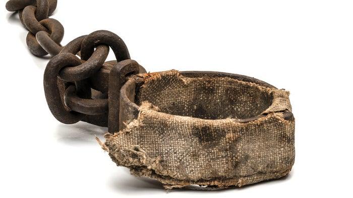 A condição dos negros quando chegaram ao Brasil era a de escravos. Segundo o site Slave Voyages, o país recebeu cerca de 5 milhões de negros escravizados a partir de 1530. Eles foram trazidos do continente africano em condições sub-humanas pelos portugueses para realizarem trabalho forçado.