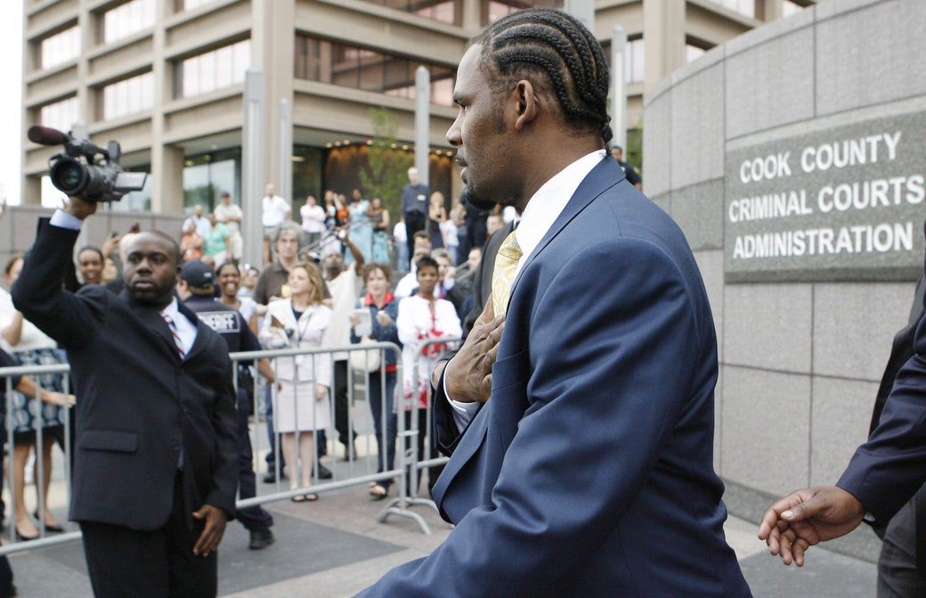 Kelly leaving the Cook County Criminal Court Building on June 13, 2008, after a jury found him not guilty on all counts in his child pornography trial.