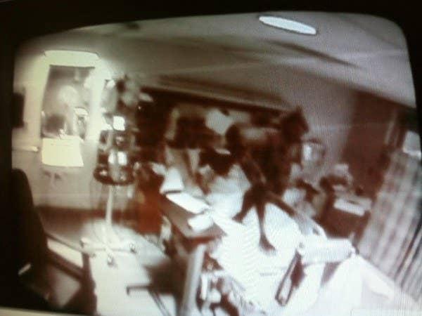 La figura jorobada y siniestra se dice que fue captada por el monitor de la enfermera en un hospital. La persona que envió la imagen afirmó que el paciente en la cama murió poco después.
