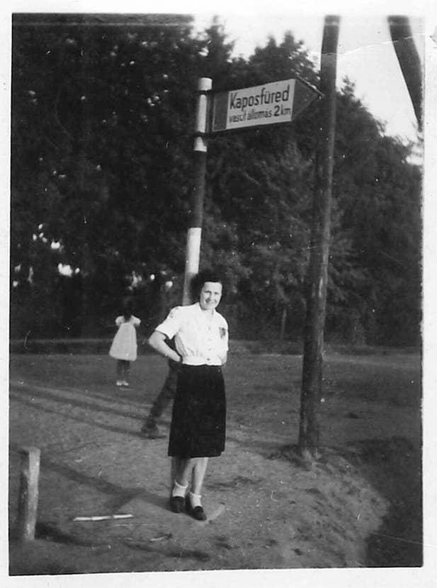 """""""La foto se tomo en 1943 en Kaposfüred, Hungría. Mi madre está en el frente, la foto la tomó mi padre. Un niñita está en la parte de atrás, sin brazos ni rostro. Es como un fantasma o un demonio. En casa tengo la fotografía original."""" – Szigeti Gyöngyi vía paranormal360.co.uk"""