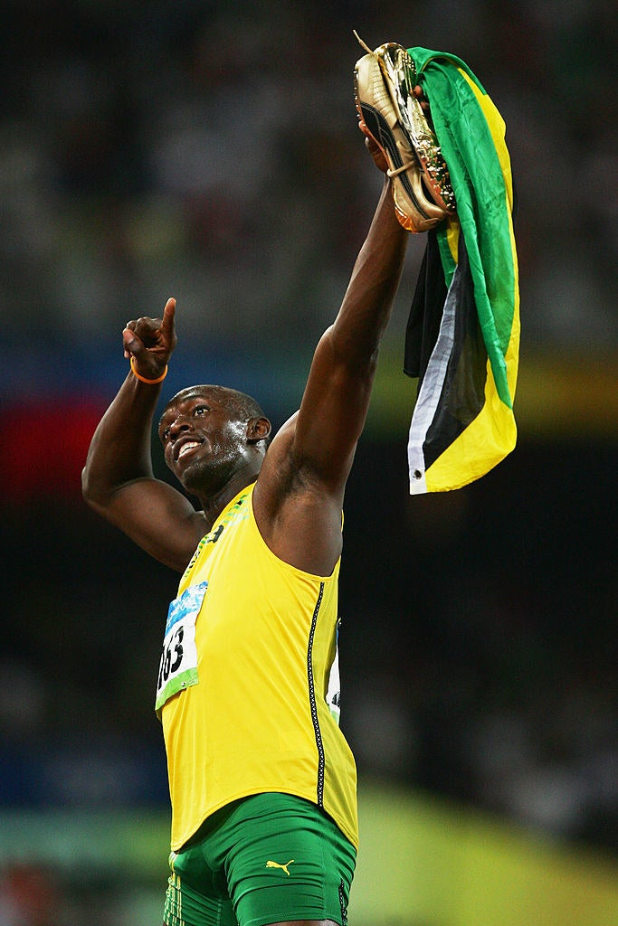 手にはジャマイカ国旗とスポンサーであるPUMAの黄金のスパイクを掲げた。