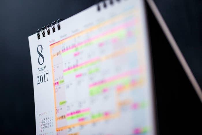 子どものスケジュールでカレンダーはいっぱいだ(取材を元にしたイメージ)