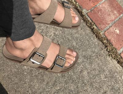 c94595c8e10bb 21 Ridiculously Comfortable Sandals For Anyone With Flat Feet