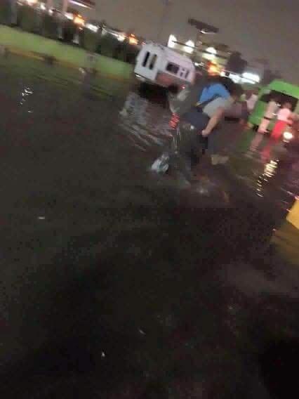 Las inundaciones se pusieron particularmente rudas en Plaza Aragón, donde, para cruzar al paradero, hay que sumergirse en un canal de aguas negras.
