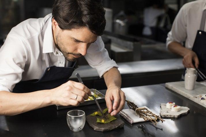 Con tres exitosas temporadas estrenadas hasta el momento, Chef's Table es el documental que todo foodie debe ver. Cada episodio presenta a un reconocido chef, y le permite al espectador conocerlo más allá de lo que es su trabajo en la cocina. Te encontrarás con diversidad, food porn, pasión culinaria y gente de la que aprenderás un montón,