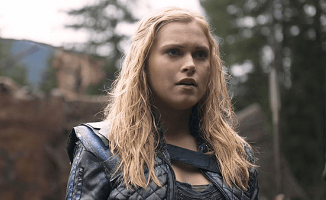 Eliza gives viewers a live lesbian scene