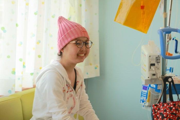 病室で笑顔を見せるMさん。