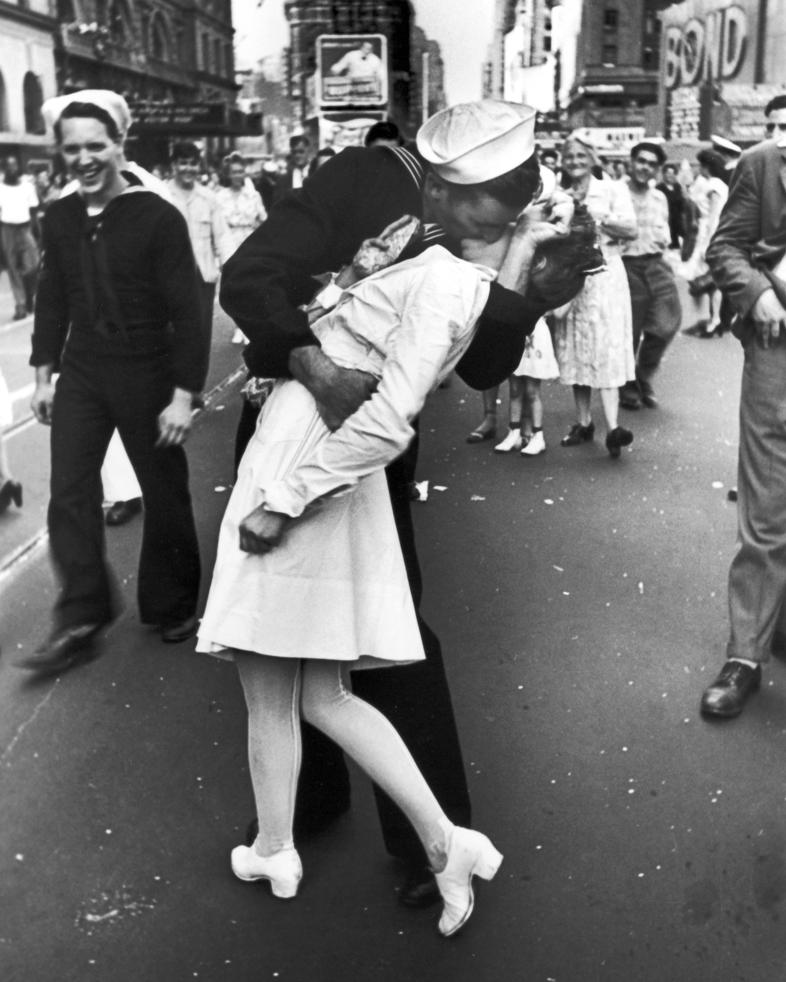 21 Of The Most Iconic Kisses In History