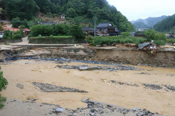 ※松末小学校の目の前にある川は氾濫。数十メートルにも渡る溝ができた。