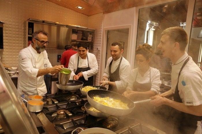 Massimo Bottura es un chef súper reconocido y este documental se centra en él, en las grandes comidas y en el impacto de las sobras. La cinta sigue a Bottura quien, junto a otros 60 talentosos chefs, preparan platillos deliciosos para las personas necesitadas, usando únicamente los alimentos que no fueron utilizados en la Expo Milán de 2015.