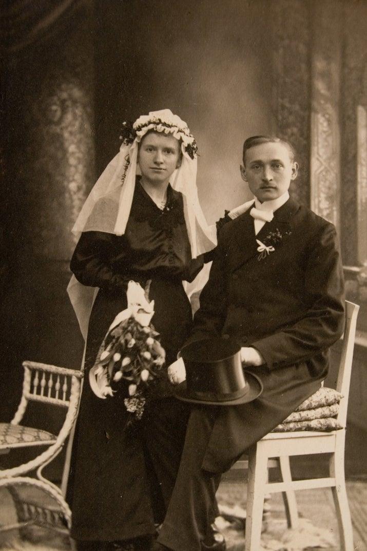 As mulheres usam branco para simbolizar a pureza, certo? Errado. Na verdade, o vestido de casamento branco é uma invenção relativamente moderna. Antes de meados de 1800, as noivas tradicionalmente usavam vermelho (e ainda usam em diversos lugares do mundo).